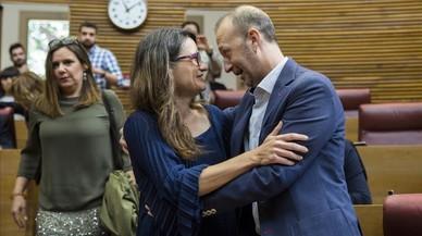 Alexis Marí y Mónica Oltra, durante la reunión celebrada en las Corts sobre la estrategia a seguir contra los Presupuestos Generaltes del Estado.