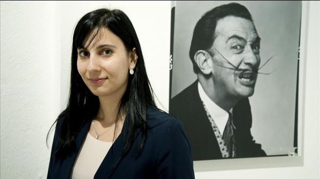 S�lvia Osuna, ganadora del Premio Fundaci�n Princesa de Girona de Investigacion Cientifica,posa en el Museo Dal�de Figueres.