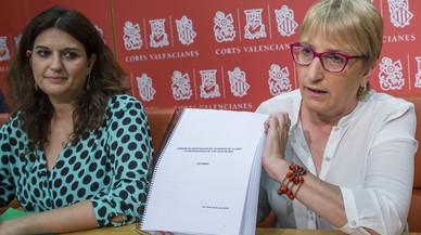 Fabiola Meco (Podemos) y Ana Barcel� (PSPV) presentando el dictamen en Les Corts Valencianes