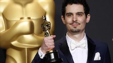 El director Damien Chazalle, con el Oscar que conquistó por 'La La Land'.