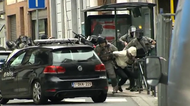 Imagen de la detención de Salah Abdeslam en Bruselas. Otros dos sospechosos han sido detenidos junto a uno de los autores de los atentados de París.
