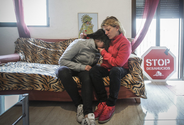 Gisela se abraza a su hija esperando la llegada de la comisión judicial con la orden de embargo de su piso, abajo, la Plataforma de Afectados por la Hipoteca la esperaban para paralizar el desahucio.