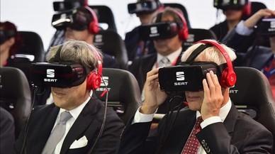Los presidentes de Seat, Luca de Meo (izquierda), y de Volkswagen, Matthias M�ller, en la presentaci�n con gafas de realidad virtual en el Sal�n de Par�s.