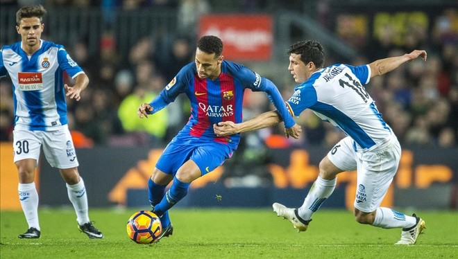 Neymar trata de superar el marcaje de Javi López.