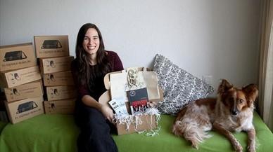 Olatz Arkotxa, con su perra, Erin, y una muestra de las cajas de El correo rebelde (elcorreorebelde.com)