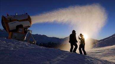 Operarios de la estación de Verbier comprueban la fabricación de nieve artificial en Verbier, Suiza.