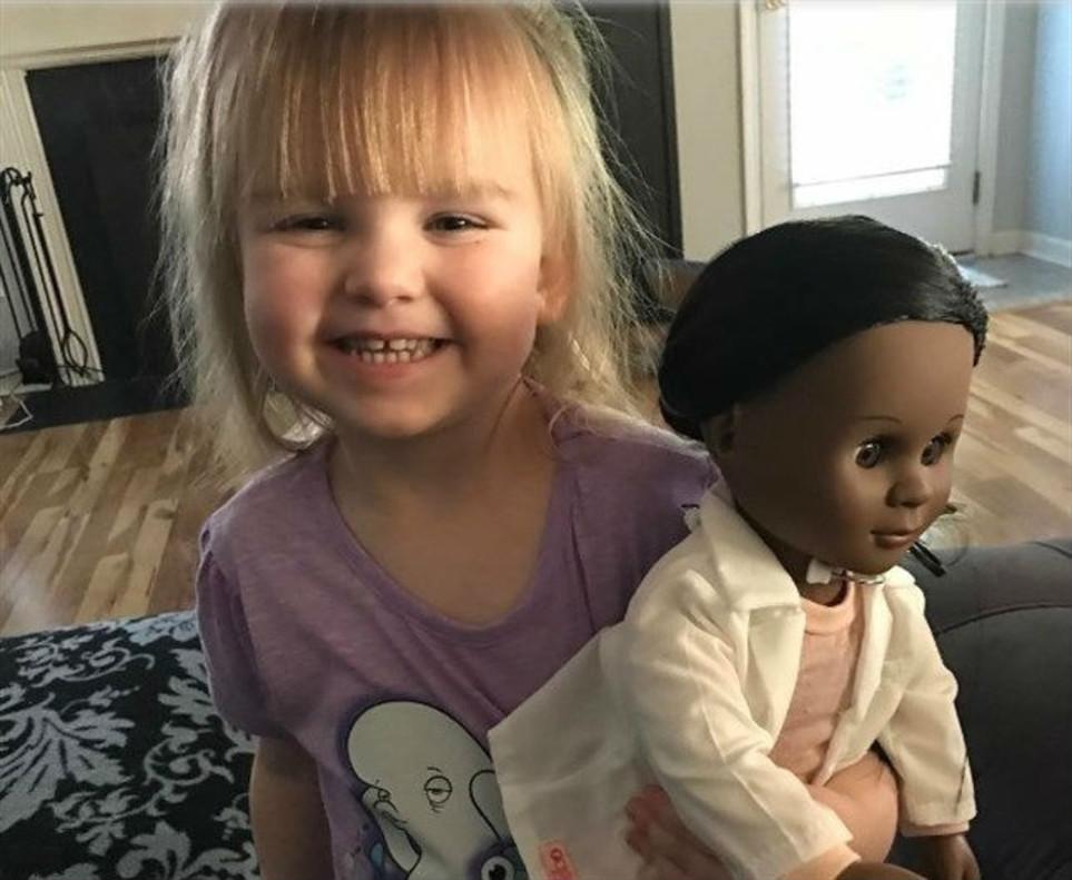 Una niña de dos años le da una lección de humanidad a una dependienta