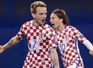 Rakitic y Modric celebran el gol de Croacia a Ucrania en Zagreb.