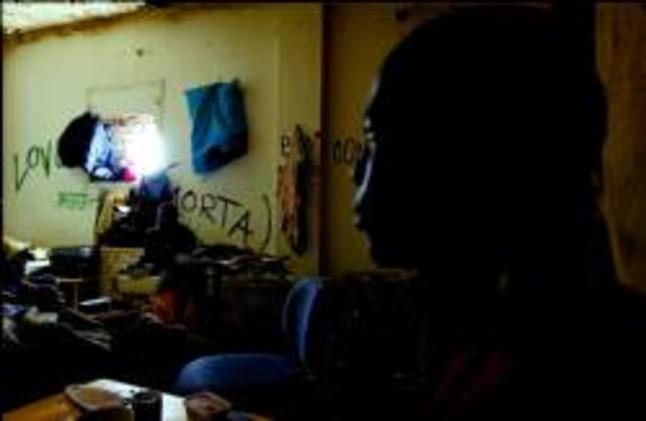 Decenas de subsaharianos sin papeles se hacinan en el poblenou for Trabajos en barcelona sin papeles