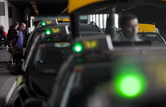 Segundo d�a sin taxis en el aeropuerto de El Prat por la protesta de los turnos