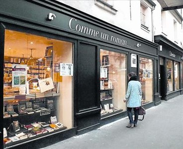 UNA LIBRER�A EN UN LOCAL P�BLICO Fundada en pleno Marais, la librer�a Comme un roman semud� m�s al norte, al lograr el alquiler de un local de 200 metros cuadrados de propiedad municipal.