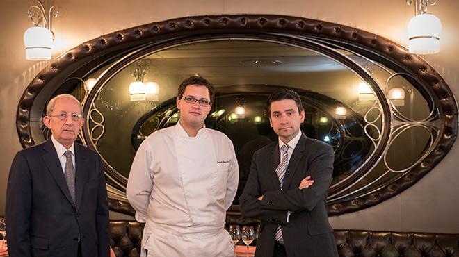 El cocinero de Via Veneto, Sergio Humada, entre Josep y Pere Monje.