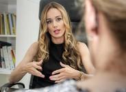 La psicóloga Júlia Pascual, en su consulta de Barcelona con una paciente.