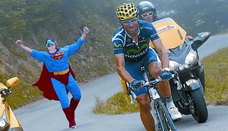 Un aficionado, vestido de Superman y con una mscara de Wiggins, anima a Valverde durante su escapada de ayer.