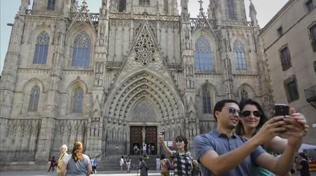 Turistas delante de la catedral de Barcelona.