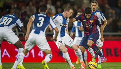 Luis Su�rez trata de penetrar en la poblada defensa blanquiazul durante la final de la Supercopa de Catalunya