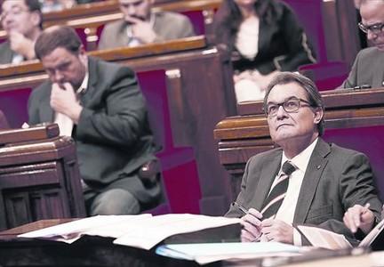 Oriol Junqueras y Artur Mas, ayer, durante la sesi�n plenaria del Parlament.