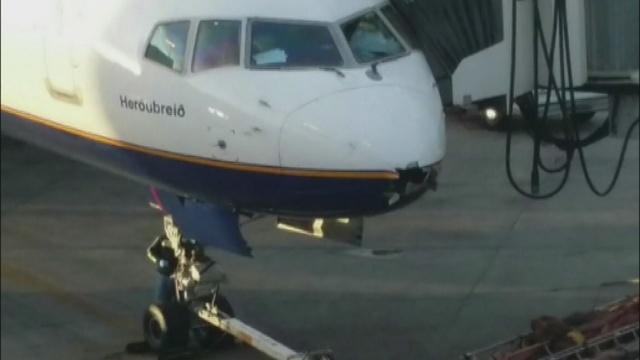 Vídeo del avión con un agujero en el morro causado por un rayo.