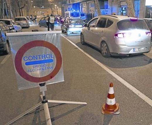 Una brigada de la Guardia Urbana realiza un control de alcoholemia en una calle de Barcelona.