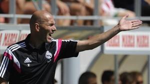 Zidane, dirigiendo al Castilla, filial del Madrid.