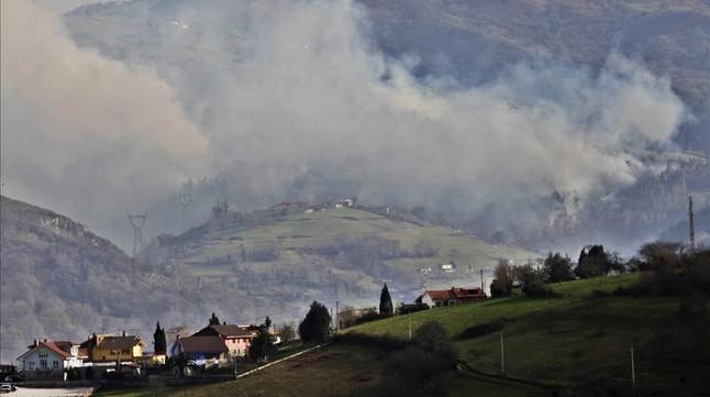 Incendios en la zona de Ribera de Arriba, en la zona central de Asturias, el pasado 28 de diciembre.