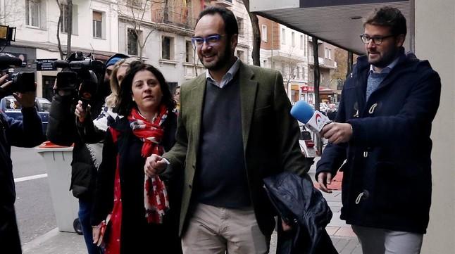 Antonio Hernando, en diciembre, ante la sede del PSOE.