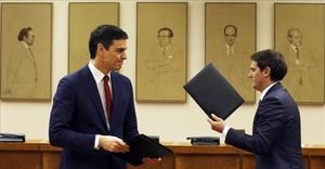Pedro sánchez y Albert Rivera tras la firma del pacto entre Psoe y Ciudadanos para la investidura.