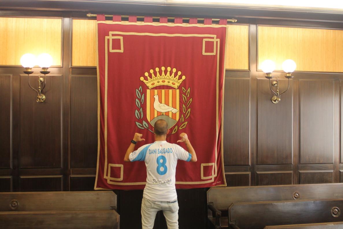 Dani Salgado, en la sala de plenos del Ayuntamiento de Santa Coloma.