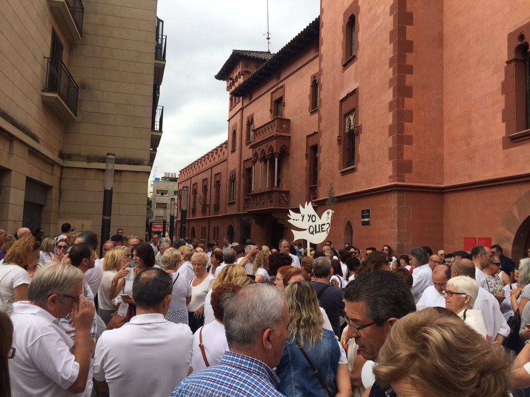 Imagen de la concentración que tuvo lugar este sábado delante del Ayuntamiento de Viladecans.