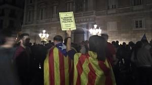 Concentración en la plaça Sant Jaume en protesta por el encarcelamiento de Jordi Sànchez y Jordi Cuixart.