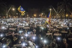 Protesta 8Miles de voces claman por la libertad de Jordi Sànchez y Jordi Cuixart en el paseo de Lluís Companys, anoche.