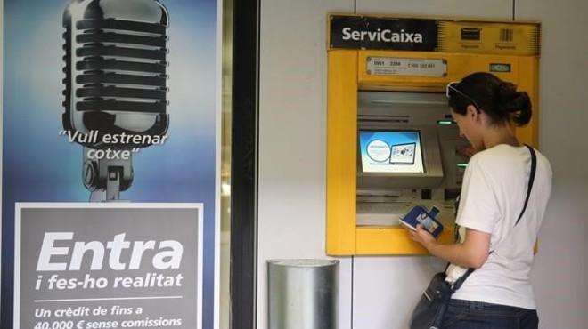 Una mujer operando en un cajero autom�tico en Barcelona.