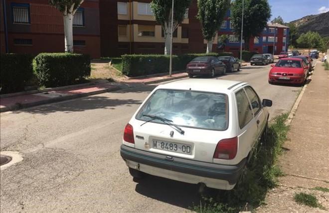 El Ford Fiesta blanco del 'Boniato' sigue aparcado frente a Los Colorines, el barrio de Utrillas en el que residía el mantero fallecido en Montjuic.
