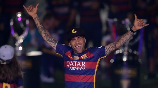 Dani Alves se'n va gratis del Barça, segons confirma Robert Fernández