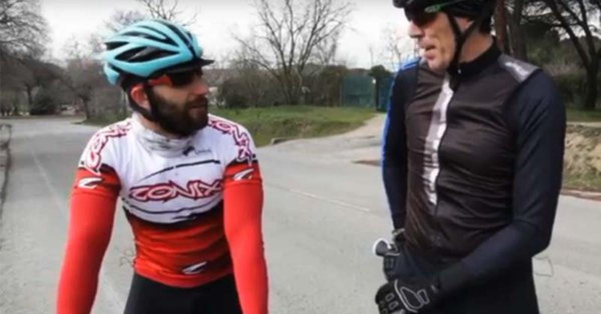 Dani Rovira mostra les seves habilitats com a ciclista en un reportatge