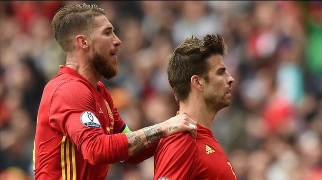 ¿S'encara Piqué a la grada després del seu gol amb Espanya?