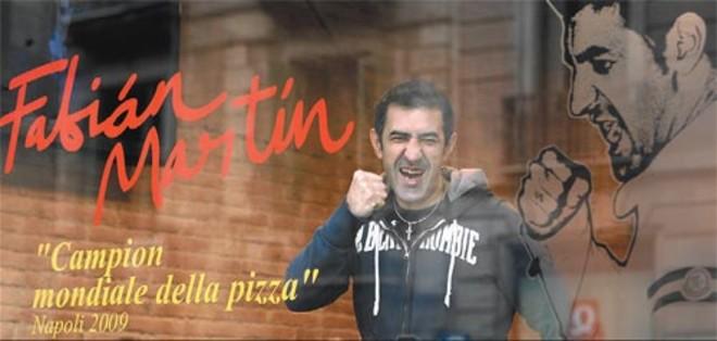 Fabián Martín, ante el ventanal de su nueva pizzería, en Via Laietana.