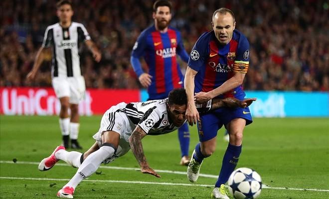 Iniesta supera a Alves en el Barça-Juventus del Camp Nou.