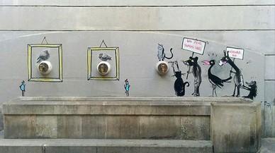 El culmen de las apariciones de la fuente del �ltimo a�o: una manifestaci�n contra la censura que dibuj� Francisco de P�jaro. Enmarcadas, las palomas intactas del lituano Ernest Zacharevic con las que empez� todo. Todos los grafitis se han borradopor error.