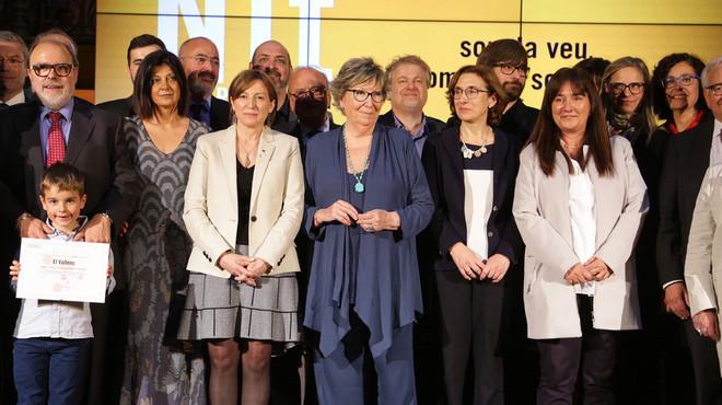 JoanaBiarn�s, en el centro, ha recibido el premio especial la 'Nit de les Revistes i la Premsa en catal�'.