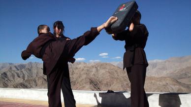 Mujeres indias aprenden kung-fu para combatir las agresiones sexuales