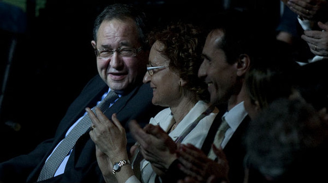 El Català de l'Any 2012 Josep Sánchez de Toledo, aplaudido durante la gala de entrega de los premios, este martes por la noche, en el Teatre Nacional de Catalunya.