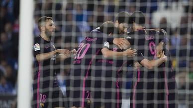 Los jugadores del Barça celebran el gol de Rakitic en Cornellà.