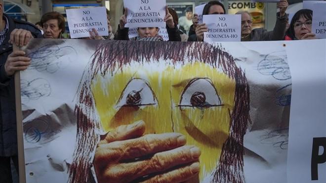 Concentración en la plaza del Centre, en Sants, de apoyo a las víctimas de pederastia.
