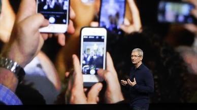 M�viles durante el anuncio del iPhone 7 por parte del consejero de Apple, Tim Cook, ayer en San Francisco.
