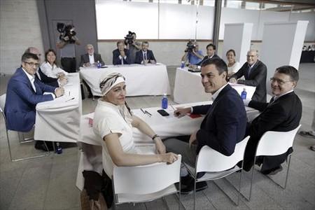 Pedro S�nchez, reunido con el comit� de expertos que elabora el programa del PSOE, en Madrid.