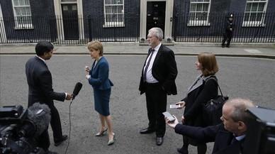 La primera ministra de Escocia, Nicola Sturgeon, habla con la prensa tras reunirse con la primera ministra brit�nica, Theresa May.