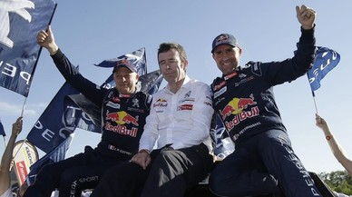 Stéphane Peterhansel, a la izquierda, junto al jefe de Peugeot, Bruno Famin, y su copiloto Jean Paul Cottret.