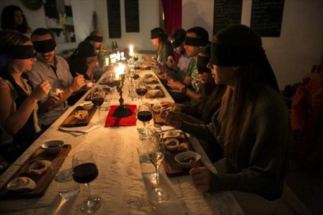 Espectadores-comensales de la obra 'Clavo de olor', producción teatral sobre mantel, en el restaurante Armonia.