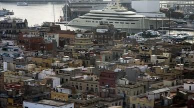 El 'Dilbar', fotografiado desde la Barceloneta, echa anclas habitualmente en el puerto de Barcelona.